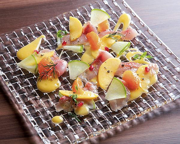 鮮魚のカルパッチョ 季節のフルーツ添え ~BOIL'Sスタイル~